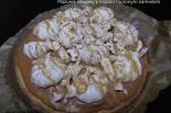 Mazurek kawowy z bezami oraz solonym karmelem