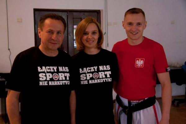 Starosta ćwiczy z młodzieżą w ZSS w Łbiskach