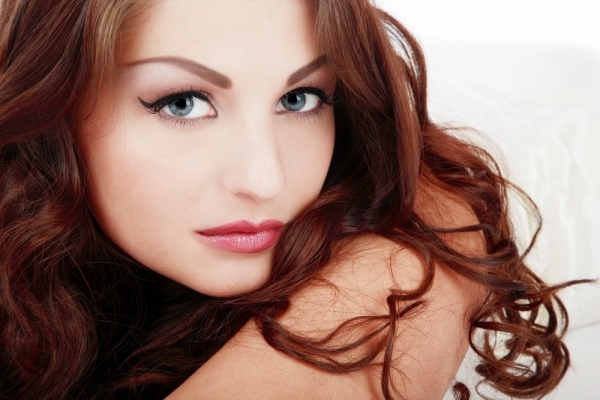 Klasyka makijażu – jak wykonać perfekcyjną kreskę na górnej powiece?