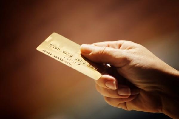 Czym różni się karta kredytowa od płatniczej?