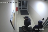 Wizerunek mężczyzn, którzy włamali się do garażu podziemnego i dokonali kradzieży