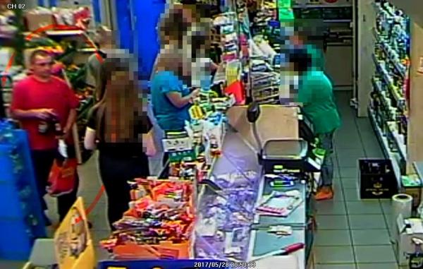 Wizerunek mężczyzny podejrzewanego o dokonanie kradzieży