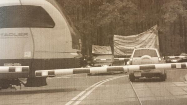 Ustalono i ukarano kierowcę, który wjechał na przejazd kolejowy tuż przed nadjeżdżajacym pociągiem