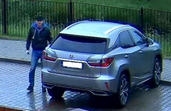 Wizerunek mężczyzny podejrzewanego o kradzież leksusa