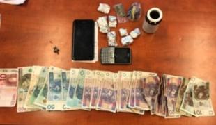 Widząc policyjny radiowóz, wyrzucał narkotyki
