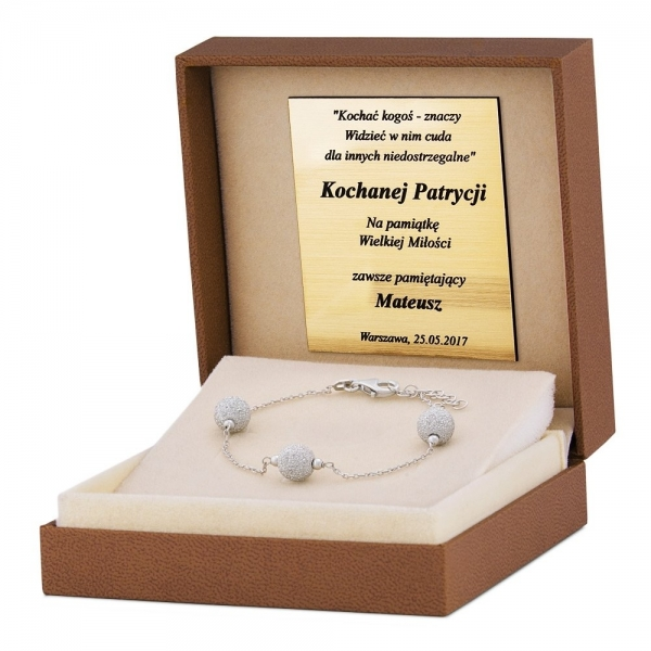 Dlaczego warto wybierać srebro w sklepach z biżuterią?