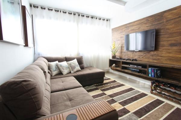 Jak w prosty sposób odmienić sofę w salonie? Kilka sprytnych sposobów na nowe życie narożnika lub kanapy