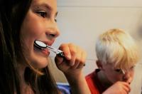 Poznaj 3 najważniejsze zalety szczoteczek sonicznych dla dzieci. Dzięki nim nauczysz pociechy dbania o zęby