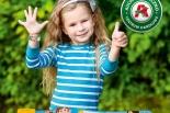 Bezpieczne lato z mamą i tatą! – rozdajemy bezpłatne opaski dla dzieci