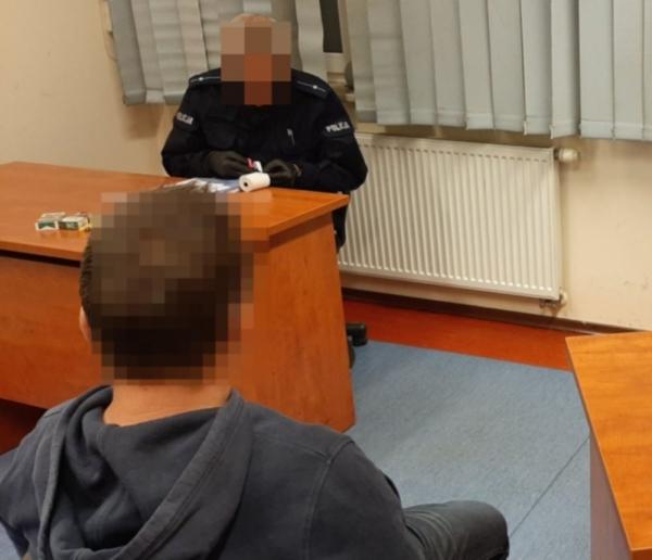 """Jechał pod wpływem alkoholu, policjantom za """"odstąpienie"""" chciał zapłacić"""