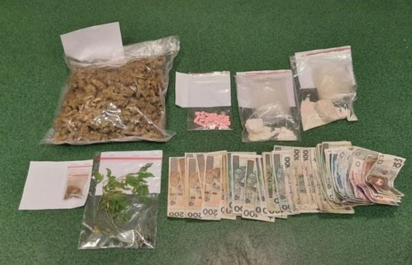 Policyjna cela dla 74- latki, u której ujawniono marihuanę, ekstazy, meferon i amfetaminę