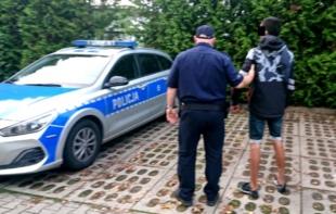 Wyrwał dziecku telefon, zatrzymali go policjanci z Lesznowoli
